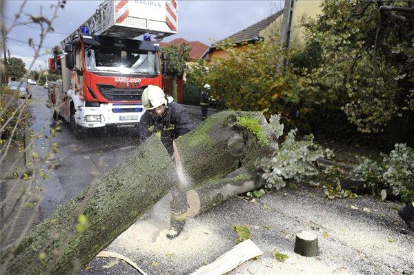 Komoly károkat okozott a viharos szél országszerte