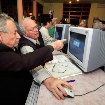 Számítógépet és internetet kapnak 65 év felettiek