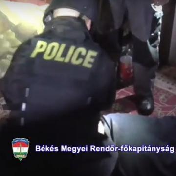 Ágyneműtartóba bújt a rendőrök elől