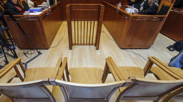 Bíróság elé kerül - Lenyelte a javításra kapott pénzt az autószerelő