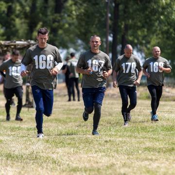 Fegyvertelenül futnak a katonák, de nem gyávaságból