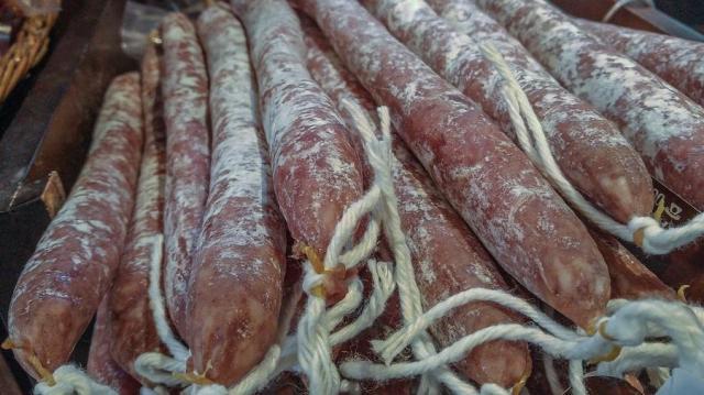 Közel 50 ezer forintnyi füstölthúst lopott