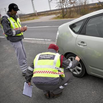 Előrelátó autósok - Az enyhe idő ellenére az autók fele már téli gumival jár