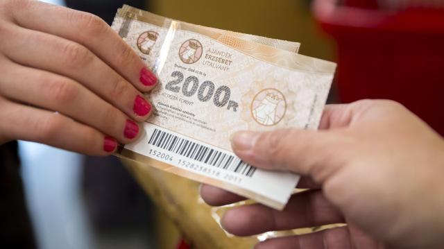 Újra csönget a pénzes postás: Erzsébet-utalvány érkezik a nyugdíjasoknak