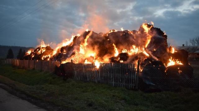 Bálák százait gyújtotta fel, többmilliós kárt okozott