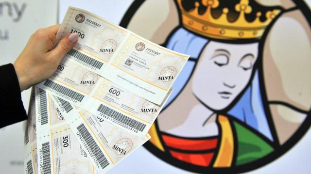 Még karácsony előtt megkapják a 10 ezer forintnyi Erzsébet-utalványt a nyugdíjasok
