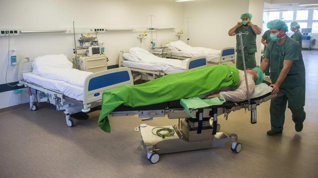 Jelentős béremelés várható az egészségügyben és az oktatásban
