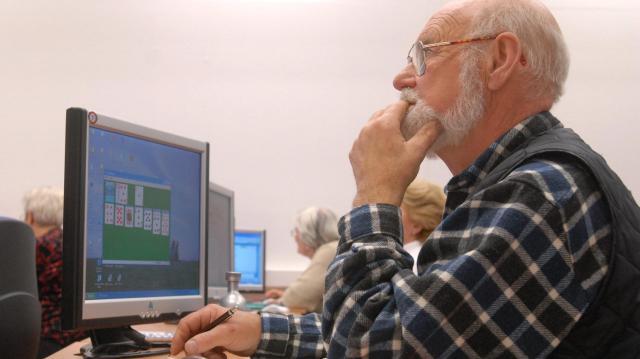 Ötezer számítógépet ad a kormány 65 évesnél idősebbeknek
