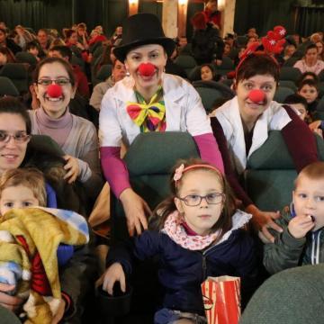 Bohócdoktorok vittek moziba ötszáz gyermeket