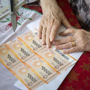 Már kézbesítették a nyugdíjasok Erzsébet-utalványának felét