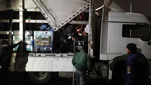 Harmincnyolc migráns bújt el két török kamionba - video