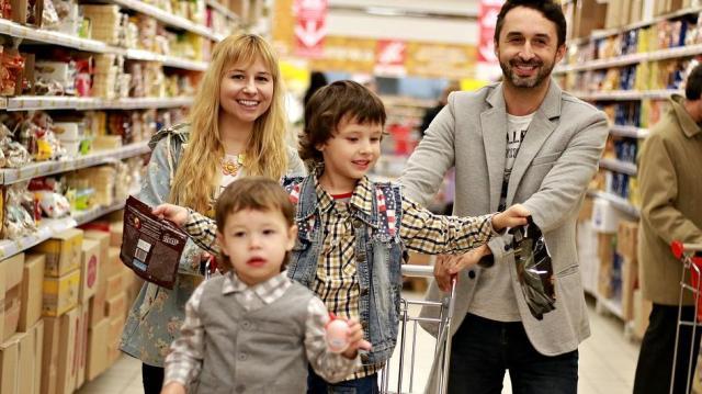 Még karácsony előtt kiutalják a januári családtámogatásokat is