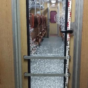 Mérgében tört-zúzott a vonaton
