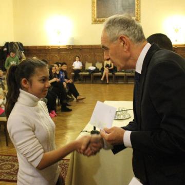 Ösztöndíjjal támogatják a jó tanuló romákat
