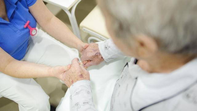 Több lett az ápolási díj - Emelkedik több szociális ellátás összege