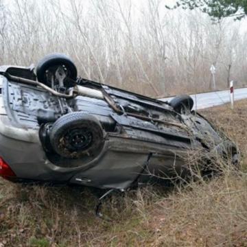 Fának csapódott, majd fejre állt egy autós
