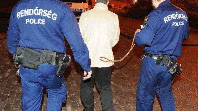 Két helyen is körözött személyeket fogtak a rendőrök