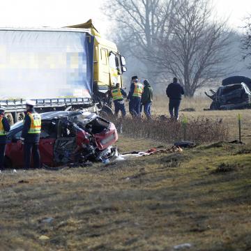 Vádat emeltek a tavaly az M5-ösön igazoltató rendőröket elsodró kamionsofőr ellen