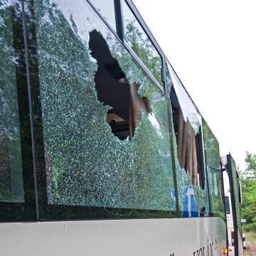 A busz ablakát törte be, hogy kifoszthassa a jegykiadót