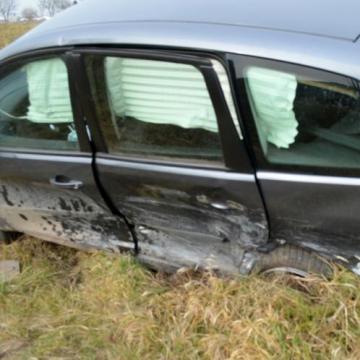 Szabálytalan kistehert lökött az árokba egy autót