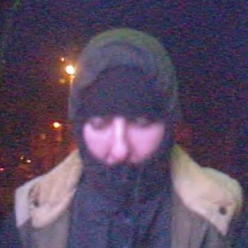 A képen látható személy kifosztotta a bankautomatát