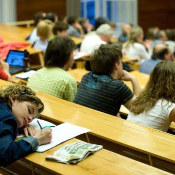 Mintegy kétmilliárdból segítik a felsőoktatási hallgatók tanulási sikerességét
