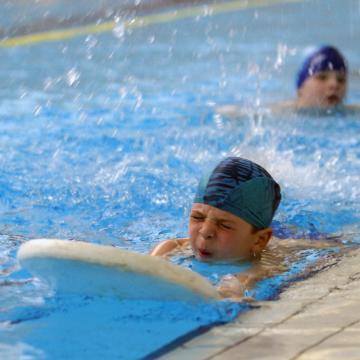 Nem csak a boldogságban, a vízben is remekül úsznak