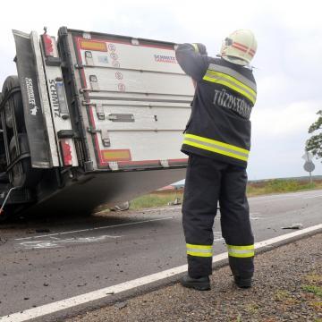 Felborult egy kamion, lezárták az M3-as autópálya egy szakaszát