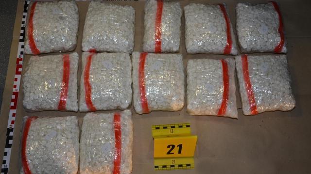 62 kilogramm kábítószert találtak egy autóban az M1-es autópályán