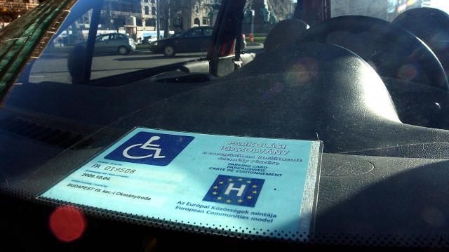 Amerikai autós magyar mozgássérült igazolvánnyal parkolt