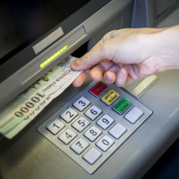 Sok százezer magyar kap megemelt fizetést a napokban