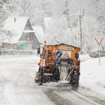 Folyamatosan havazik, közel 5000 tonna sót szórtak már szét a munkagépek