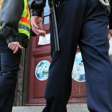 Rendőrök választották szét a verekedő férfit és nőt
