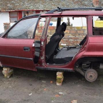 Szétbontotta a bérbe vett autót