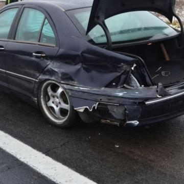 Túlhajtotta kocsiját a csúszós úton