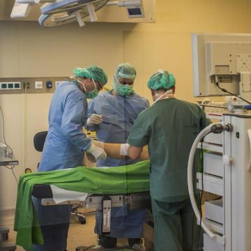 Hat év alatt kevesebb, mint a felére csökkentek a műtéti várólisták