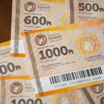 Húsvétra ismét tízezer forintos Erzsébet-utalványt kaphatnak a nyugdíjasok