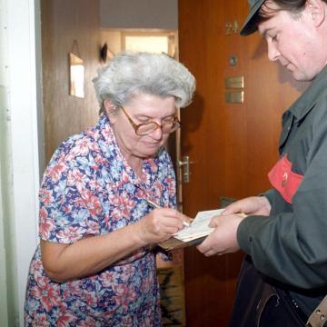 2,7 millió nyugdíjasnak postáznak Erzsébet-utalványt