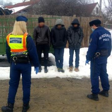 Illegális migránsokat tartóztattak fel Patcán