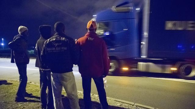 Kamionon lógtak a koszovói és pakisztáni határsértők
