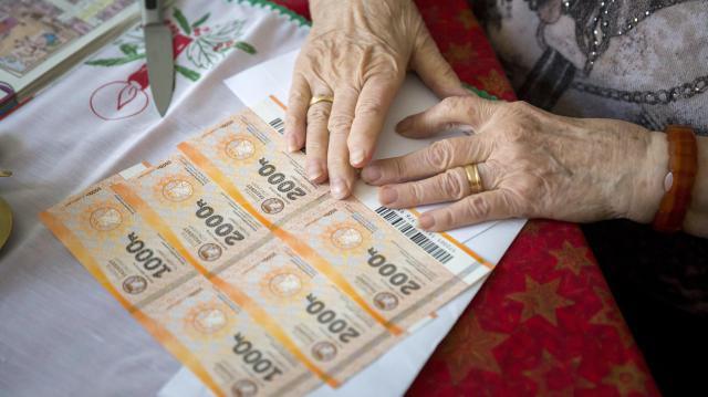 Április közepéig kapják meg a nyugdíjasok a 10 ezer forintnyi Erzsébet-utalványokat