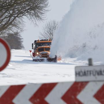 Hófúvások tavasszal: maradtak még járhatatlan utak