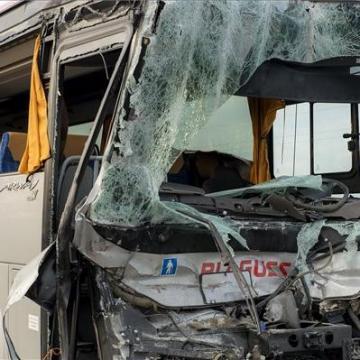 Kamion és busz ütközött Jánossomorjánál, többen kórházban