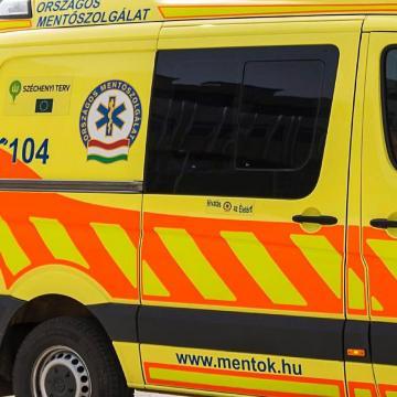 Teherkocsinak és kamionnak ütközött – beszorult a sérült