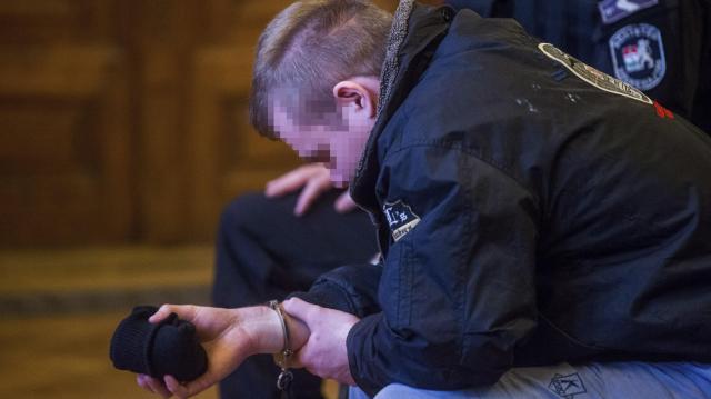 Teréz körúti robbantás - A vádlott tárgyalás közben földre feküdt