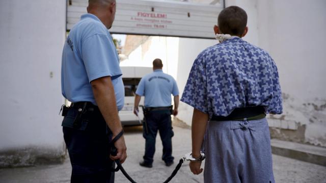 Kutyaként sétáltatta zárkatársát a szegedi börtönben