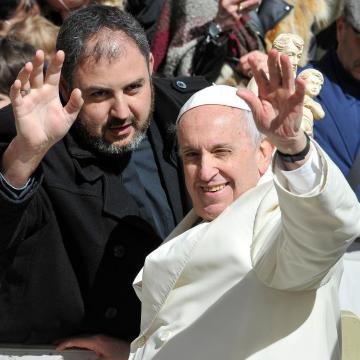 Pápai ölelés – A Szentatya magyarokért megszegte a biztonsági szabályokat