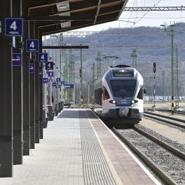 Befejeződött az esztergomi vasútvonal villamosítása
