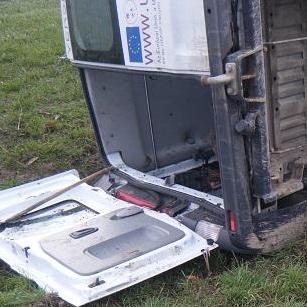 Felborult egy kisbusz, többen megsérültek