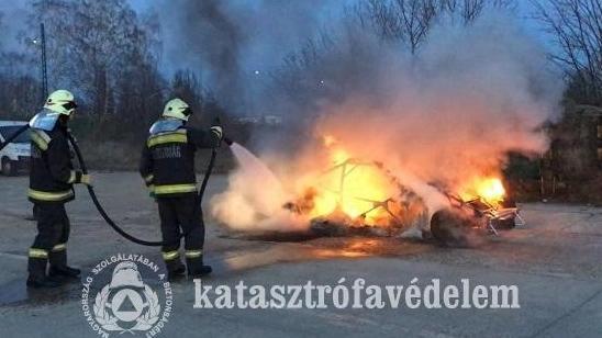 Teljesen kiégett egy versenyautó Pécsen